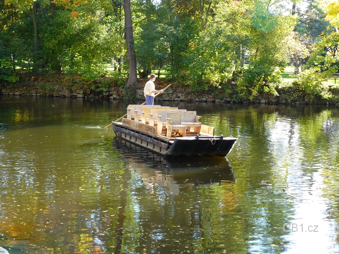 Loď na řece