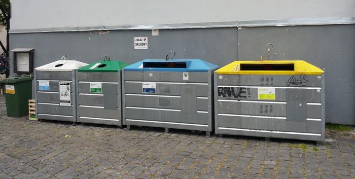 Kontejnery na Piaristickém náměstí